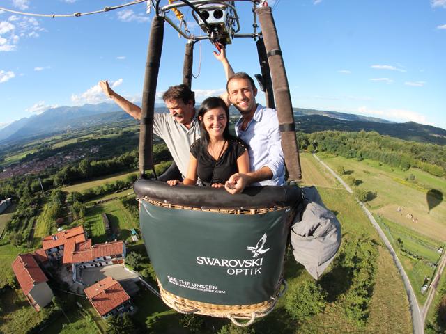 mongolfiera sorvola le campagne con tre persone a bordo