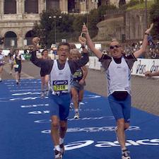 Fabio Pasinetti e la sua guida tagliano il traguardo durante una maratona