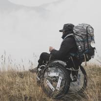 Pietro Scidurlo con la sua sedia a rotelle durante un trekking