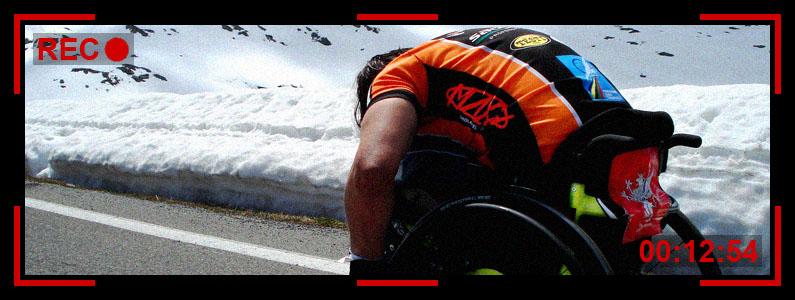 Fotogramma di una ripresa video che registra un atleta in sedia a rotelle