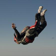Laura Rampini mentre si lancia con il paracadute