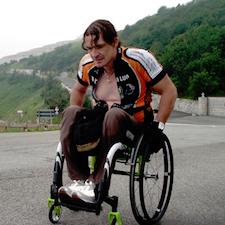 Luca Panichi durante una delle sue scalate con la carrozzina