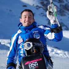 Mauro Bernardi mentre scia con il suo monosci