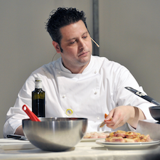 Omar Papait durante una dimostrazione di cucina