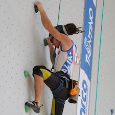Simone Salvagnin arrampica durante una gara di paraclimb