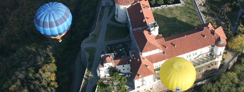 mongolfiere sorvolano un castello