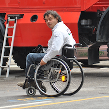 Luca Tassi a fianco di un mezzo a motore durante un rally