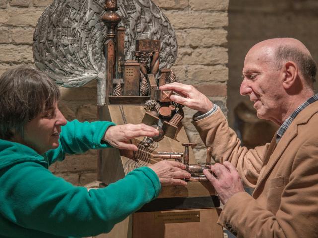 Una visitatrice non vedente sfiora le opere del Museo