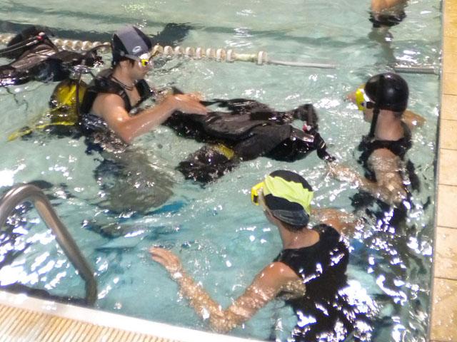 Allievi in piscina mentre indossano l'attrezzatura da sub