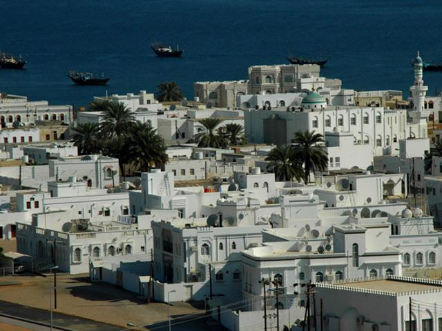 Vista panoramica di bianche abitazioni che si affacciano sul mare