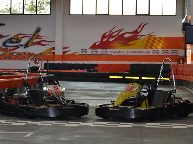 due kart a motore in pista sulla linea di partenza aspettano di esser guidati