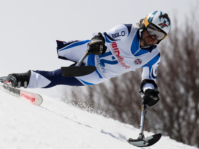 sciatore amputato di gamba affronta la discesa in slalom