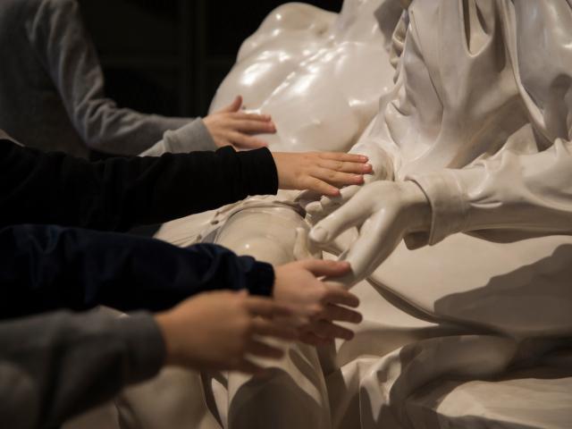 Esplorazione tattile di alcuni particolari di una statua