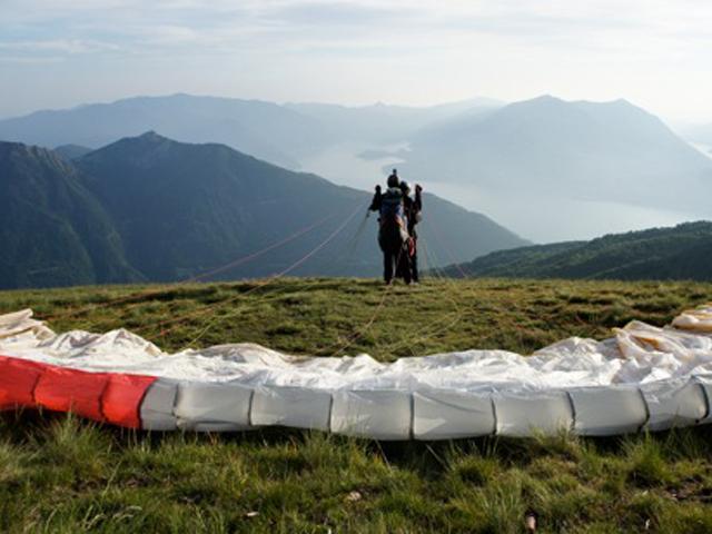 due persone si preparano al lancio in un parapendio biposto