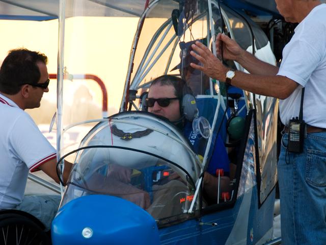 Un allievo con disabilità pronto a partire con il suo aereo