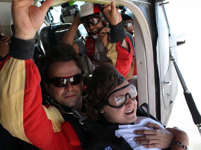 due perrsone sono pronte al lancio in paracadute dal velivo che li ha portati in quota