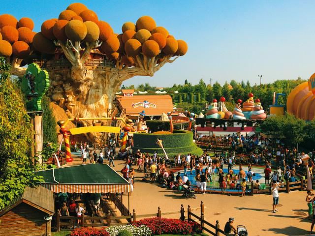 Area di Gardaland destinata al divertimento dei bambini con in primo piano l'albero di Prezzemolo