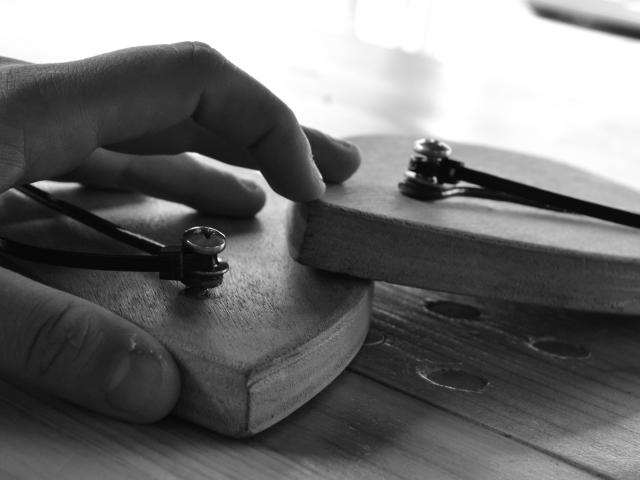 Immagine in bianco e nero di una mano su una strumentazione