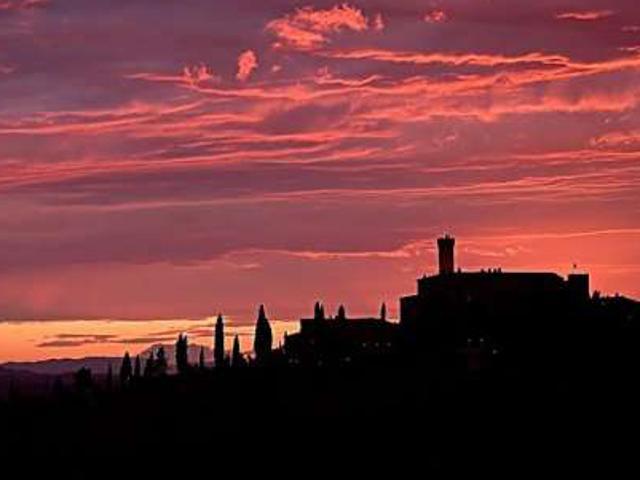 foto del profilo del castello banfi al tramonto
