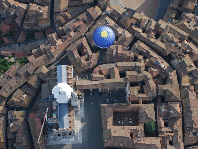 vista dall'alto di una mongolfiera sopra una città