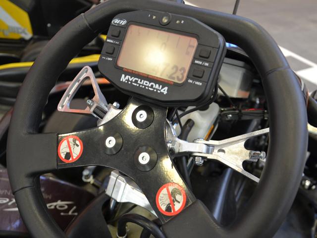 il volante di un kart a motore con comandi modificati e display elettronico