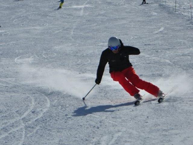 sciatore disabile amputato di braccio scende in slalom