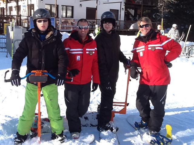 foto di gruppo sulla neve con tute da sci ed attrezzatura