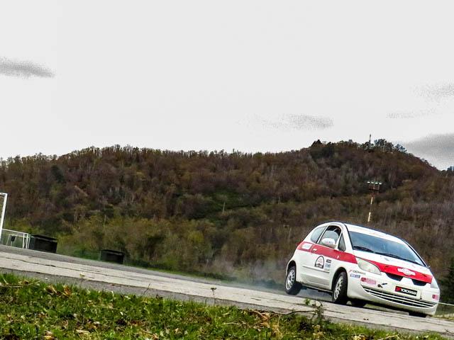 auto da rally in azione vista frontale