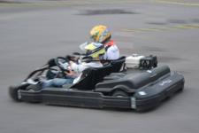 Pilota e passeggero in pista su go kart