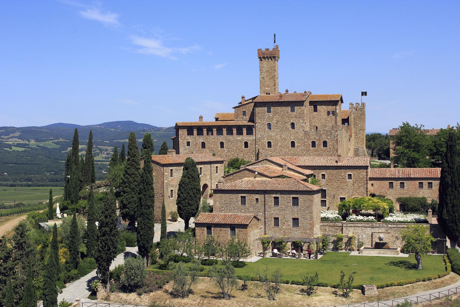 Foto panoramica del Castello Banfi immerso nel verde