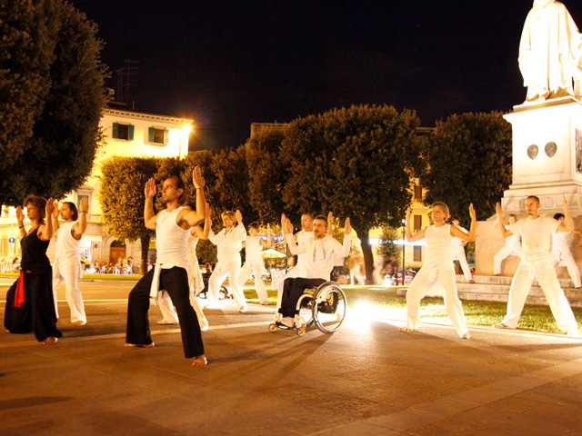 Lezione di dai shi do notturna, in una piazza cittadina