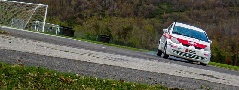auto da rally in pista