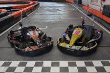 due kart a motore in pista aspettano che salgano piloti