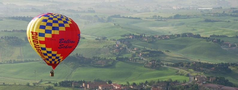mongolfiera sorvola le campagne toscane