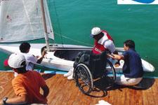 posizionamento di una persona con disabilità motoria dalla sedia a ruote alla barca a vela
