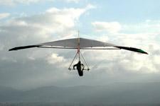 veduta posteriore di una persona in deltaplano nel cielo