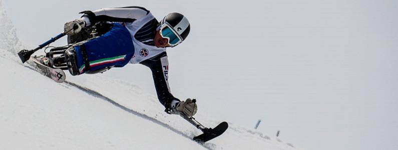 discesa in slalom di uno sciatore disabile su monosci