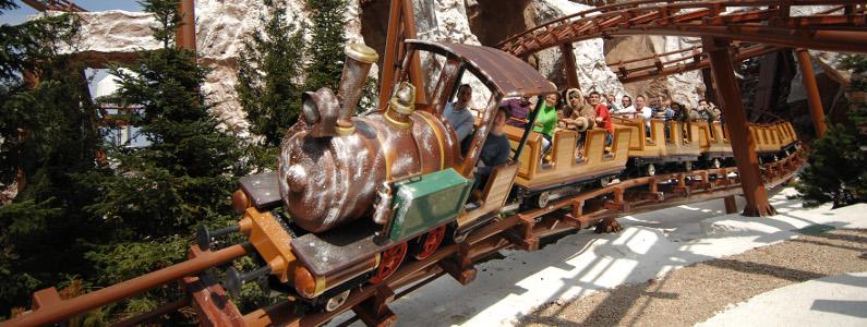 Il trenino del Mammut con a bordo alcuni passeggeri sfreccia in velocità durante una corsa