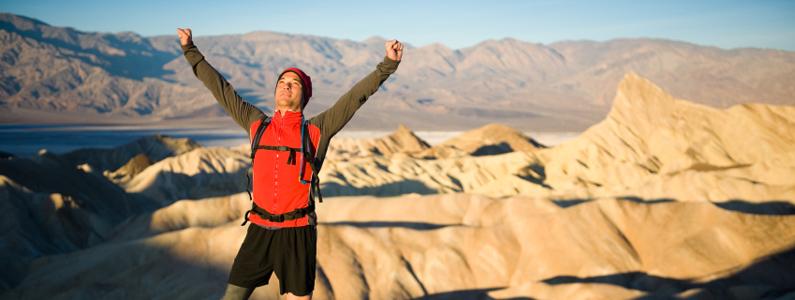 Atleta amputato di gamba  alza le braccia al cielo alla fine di una prova estenuante