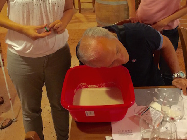 Visitatore durante l'esperienza ascolta il suono del vino