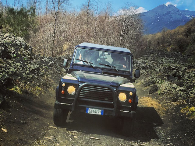 Ripresa frontale di una jeep in movimento