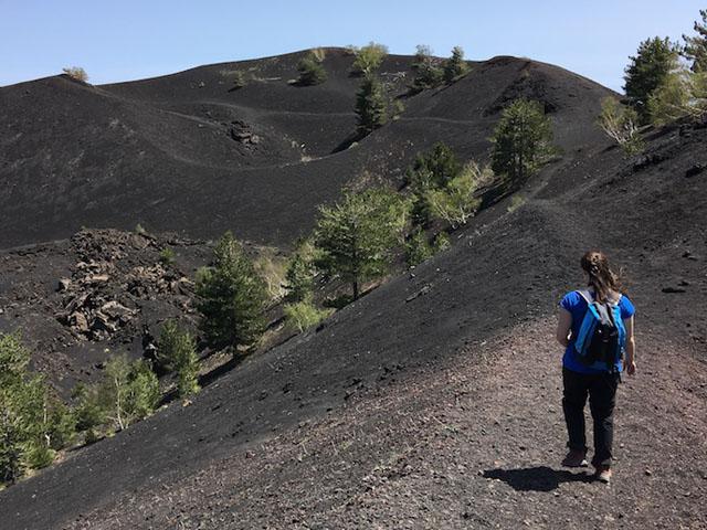 Escursionista cammina su un pendio del vulcano