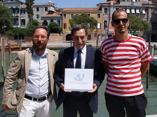 L'Associazione riceve una targa di riconoscimento durante l'inaugurazione del pontile