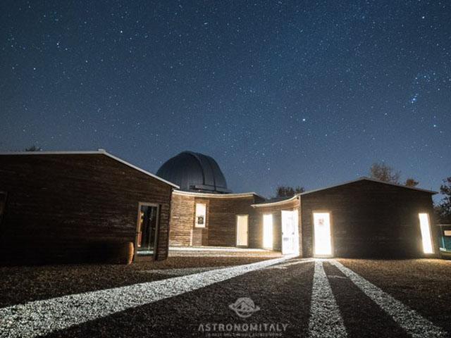 Cielo notturno stellato sopra l'Osservatorio