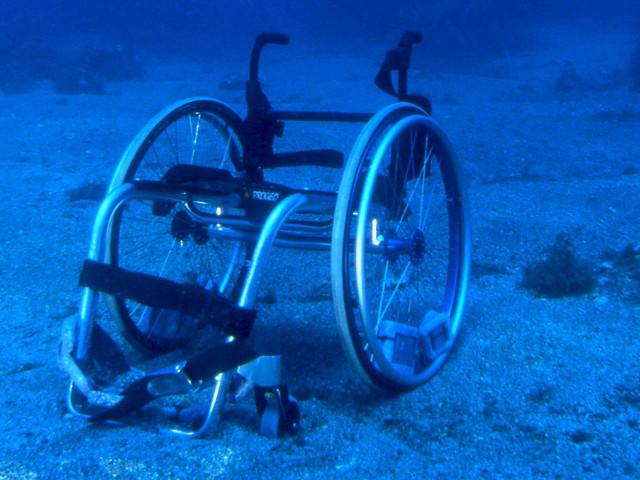 Scena suggestiva di una sedia a rotelle sul fondo marino
