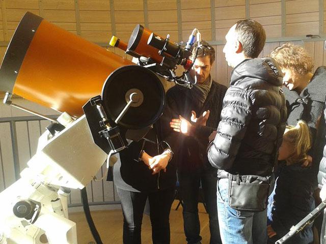 Alcuni visitatori esaminano il telescopio