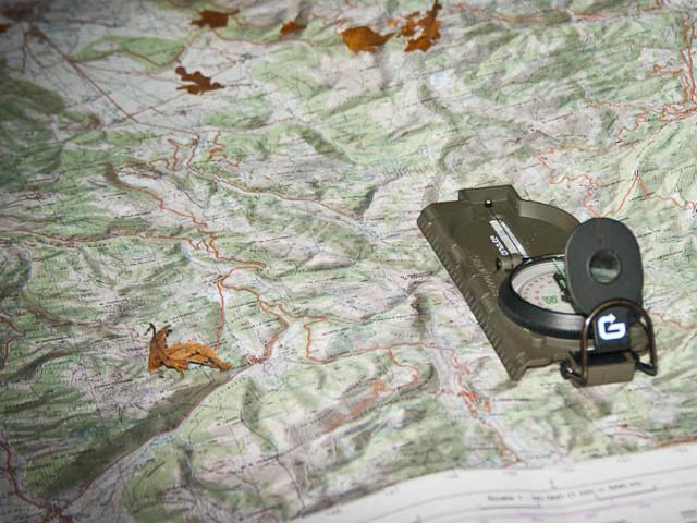 bussola appoggiata su una cartina militare