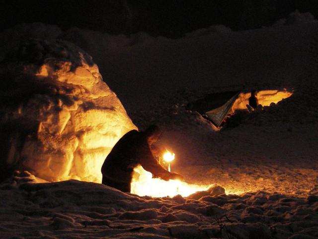 igloo di notte illuminati da candele