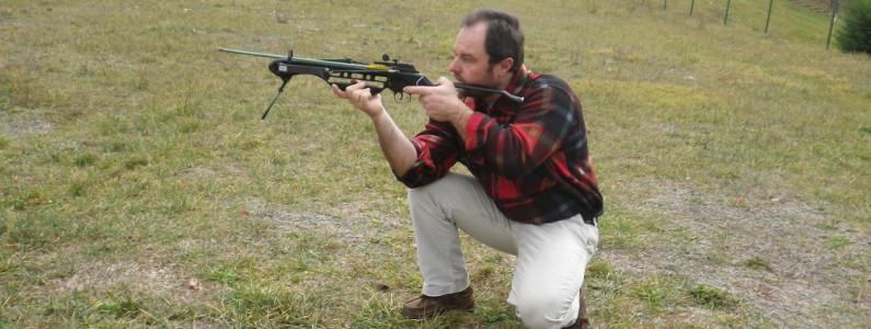 Istruttore in posizione per sparare con la balestra