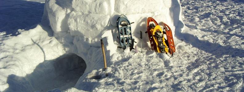 Ciaspole appoggiate sul fianco di un igloo di ghiaccio